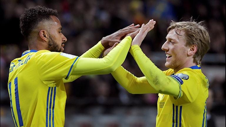 Sveriges Isaac Thelin grattas av Emil Forsberg efter 4-0 under VM-kvalmatchen i fotboll grupp A mellan Sverige och Vitryssland på Friends Arena.