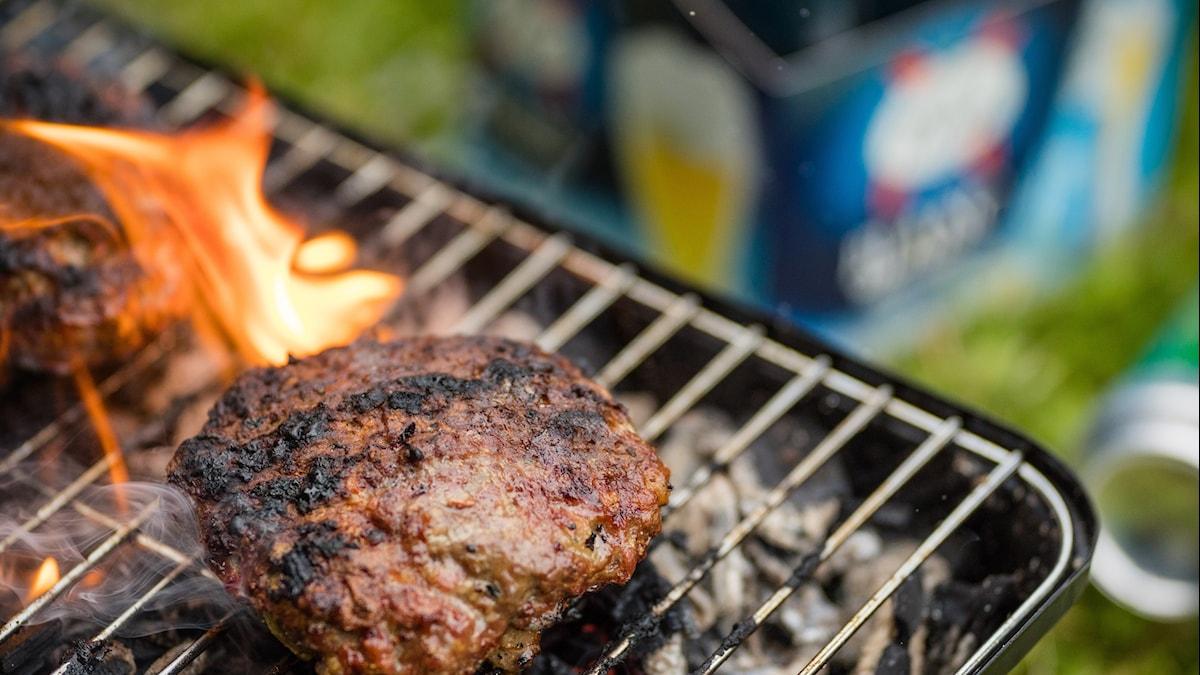 En hamburgare på en grill.