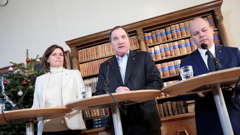 vice statsminister Isabella Lövin (MP) Statsminister Stefan Löfven (S) och Justitie- och inrikesminister Morgan Johansson (S)  på en presskonferens.