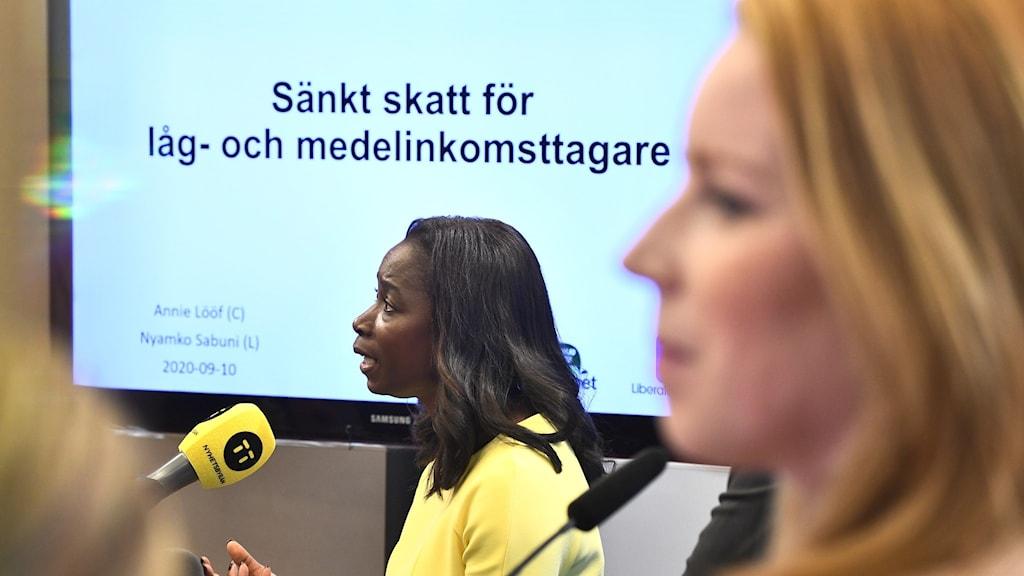 Liberalernas partiledare Nyamko Sabuni och Centerpartiets partiledare Annie Lööf presenterde förslaget om sänkta skatter.