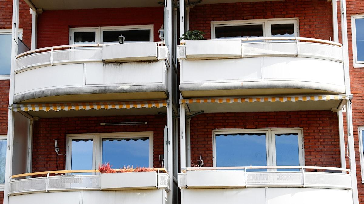 Balkonger på lägenhetshus.