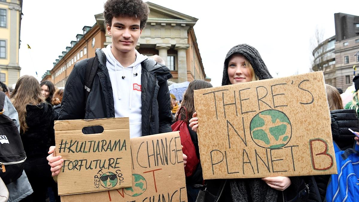 William och Selma deltager i den globala klimatstrejken i Stockholm.