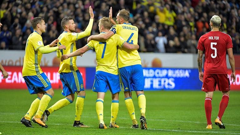 Sverige jublar efter sitt sjätte mål i matchen mot Luxemburg.