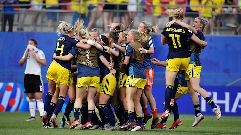 Sveriges lag firar segern mot Tyskland.