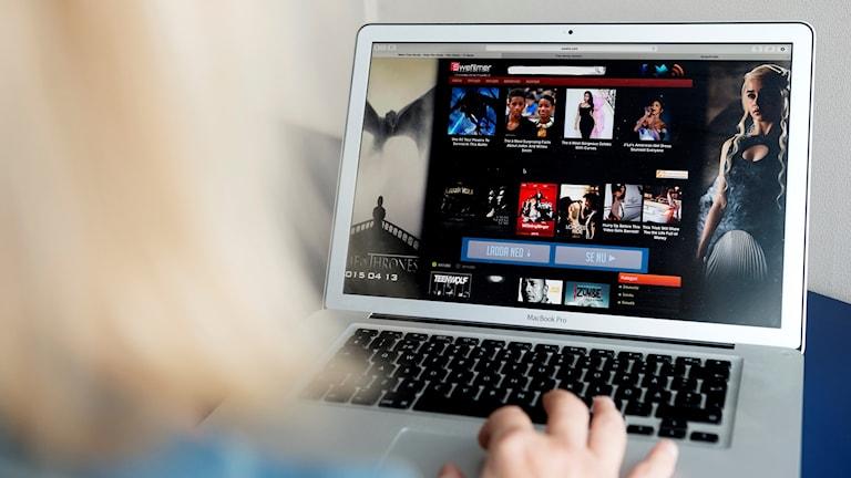 En person tittar på webbsidan Swefilmer på en dator.