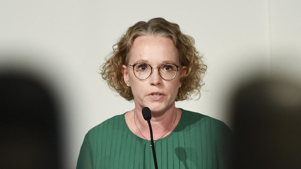 En bild på Britta Björkholm på Folkhälsomyndighetens pressträff.