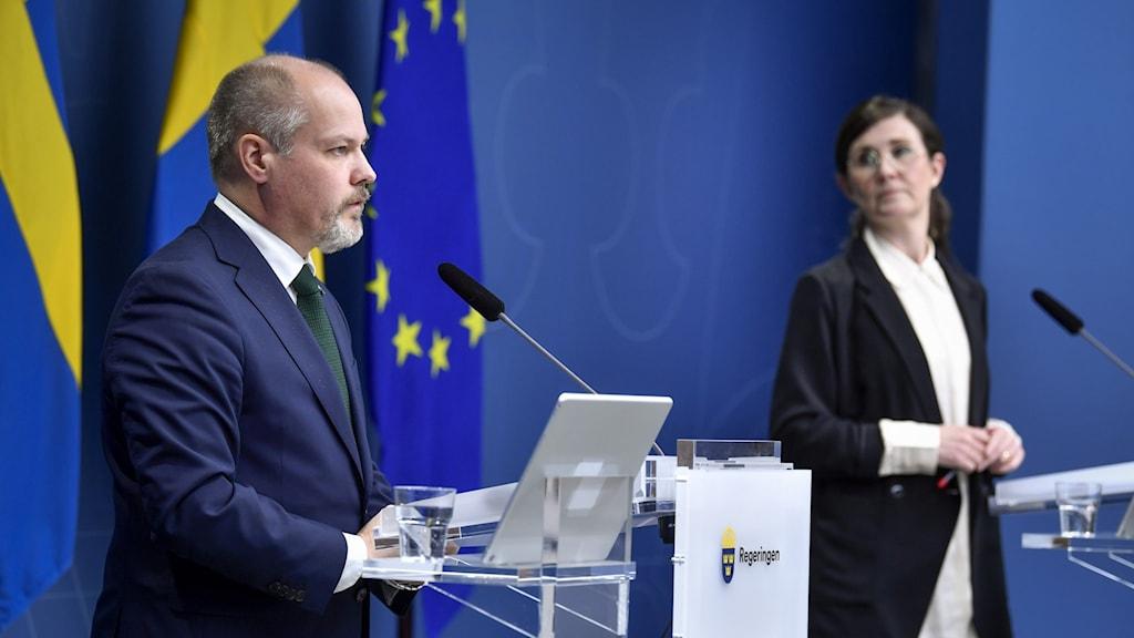 Justitie- och migrationsminister Morgan Johansson (tv) och Märta Stenevi, jämställdhets- och bostadsminister med ansvar för arbetet mot segregation och diskriminering på pressträffen.