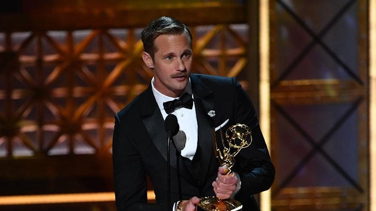 Alexander Skarsgård tar emot en Emmy.