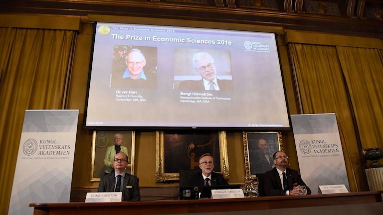 Tomas Sjöström, Göran K. Hansson, ständig sekreterare,  och Per Strömberg  tillkännager Nobelpriset i ekonomi under en pressträff  i Kungliga Vetenskapsakademien i Stockholm.