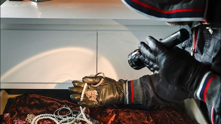 En inbrottstjuv stjäl smycken under ett inbrott i en bostad .