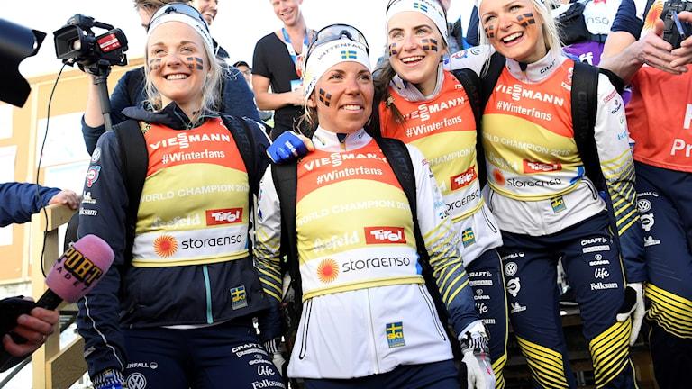 Sveriges Stina Nilsson, Charlotte Kalla, Ebba Andersson och Frida Karlsson vann guld i stafetten.
