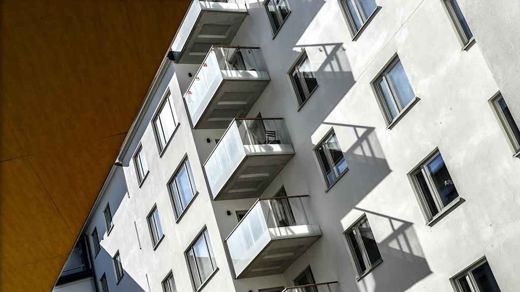 En bild på ett lägenhetshus.