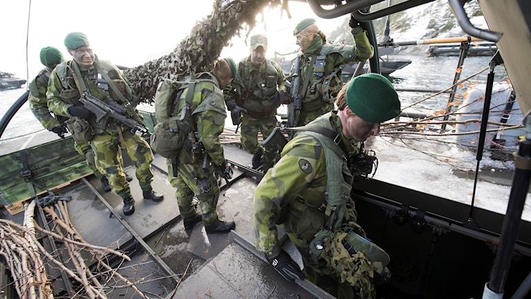 Soldater ur 203:e amfibieskyttekompaniet på väg att gå ner i stridsbåt 90.