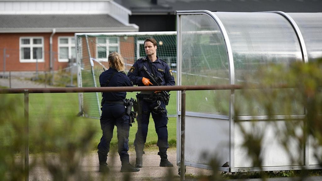 Två poliser vid högstadieskolan i Eslöv.