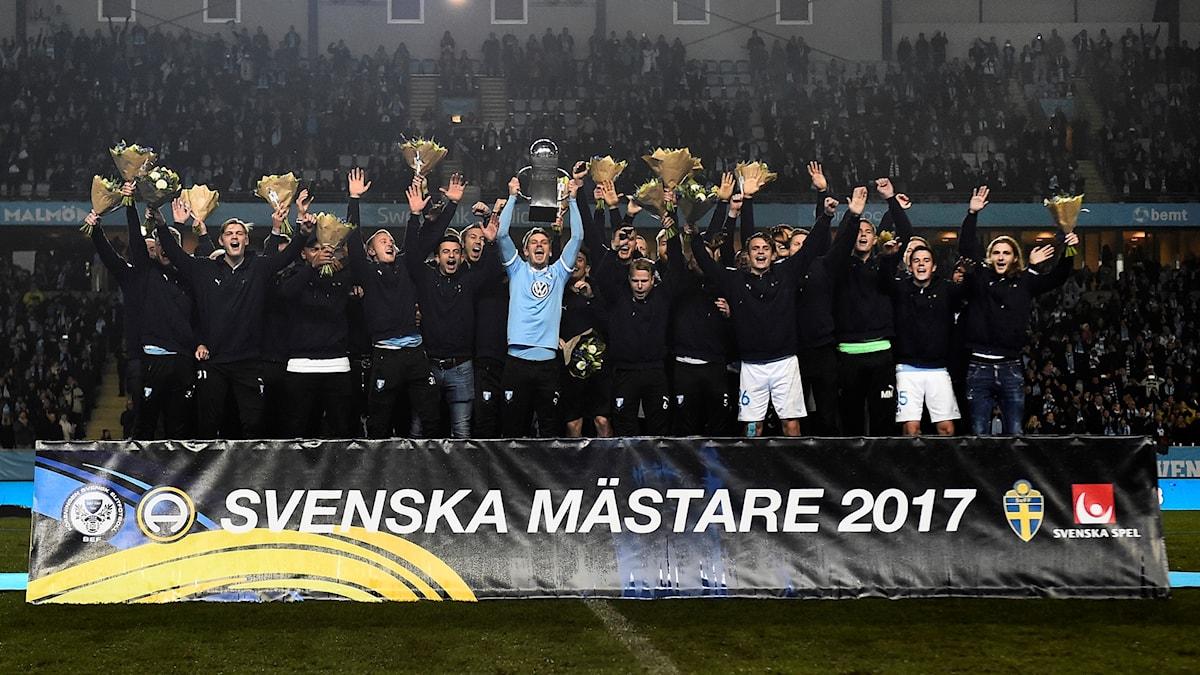 Malmö FF firar att de är svenska mästare 2017 med segerpokalen.