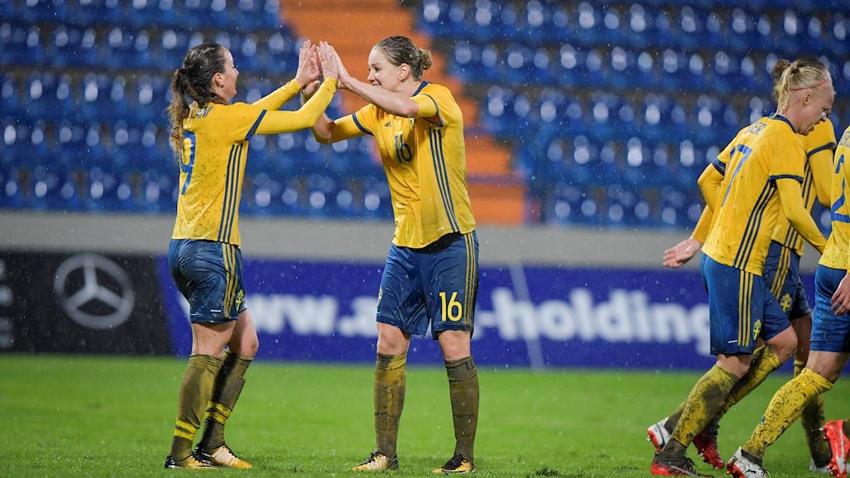 Sveriges Kosovare Asllani och Mia Karlsson är glada. De vann med 2-0 mot Kroatien.
