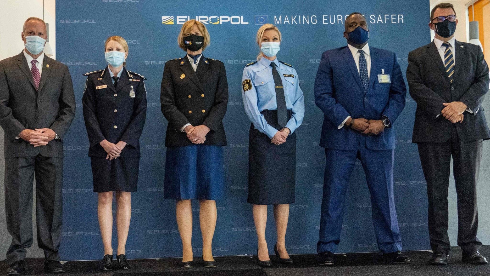 Polischefer från USA, Australien, Nederländerna, Sverige och Europol på pressträffen om det stora samarbetet mot organiserad brottslighet.