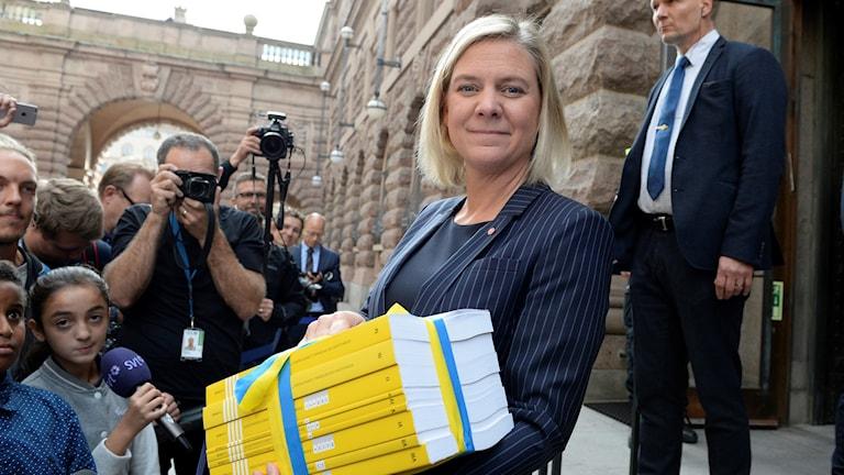 Finansminister Magdalena Andersson med budgeten i famnen, utanför Finansdepartementet.
