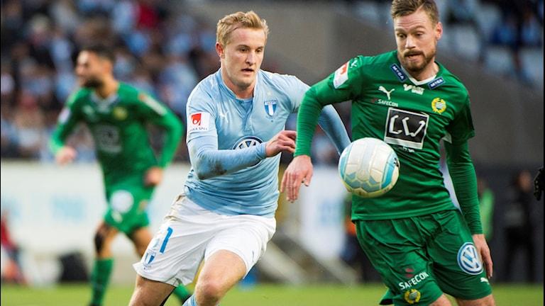 Malmös Franz Brorsson och Hammarbys Arnor Smarason under sista omgången i allsvenskan 2016 mellan Malmö FF och Hammarby IF på Swedbank Arena i Malmö.