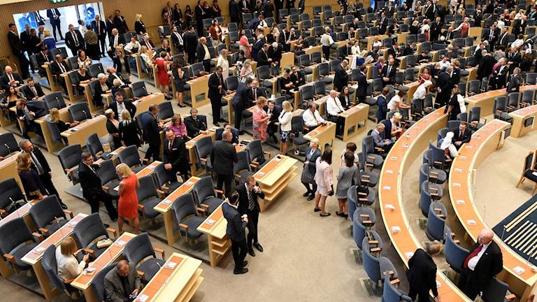 Deltagare tar plats inför öppnandet av riksdagen.