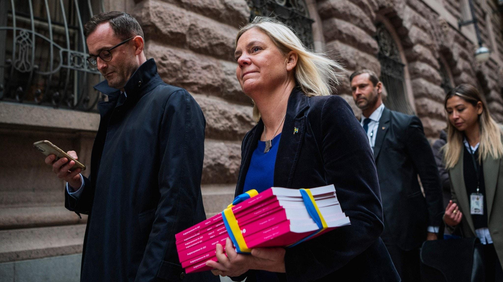 Finansminister Magdalena Andersson, på väg in till riksdagen med budgeten.