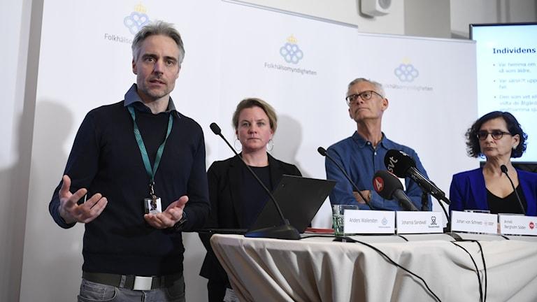 Anders Wallensten, Folkhälsomyndigheten, Johanna Sandwall, Socialstyrelsen, Johan von Schreeb, Karolinska institutet, och Anneli Bergholm Söder, MSB, på en pressträff om coronaviruset i Sverige.