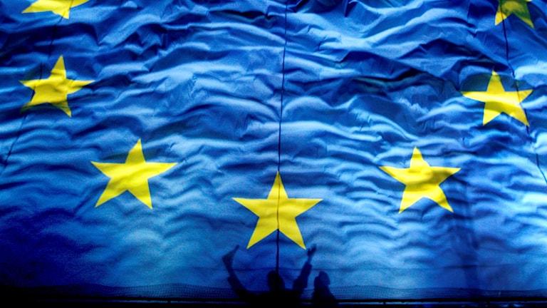 En stor EU-flagga.