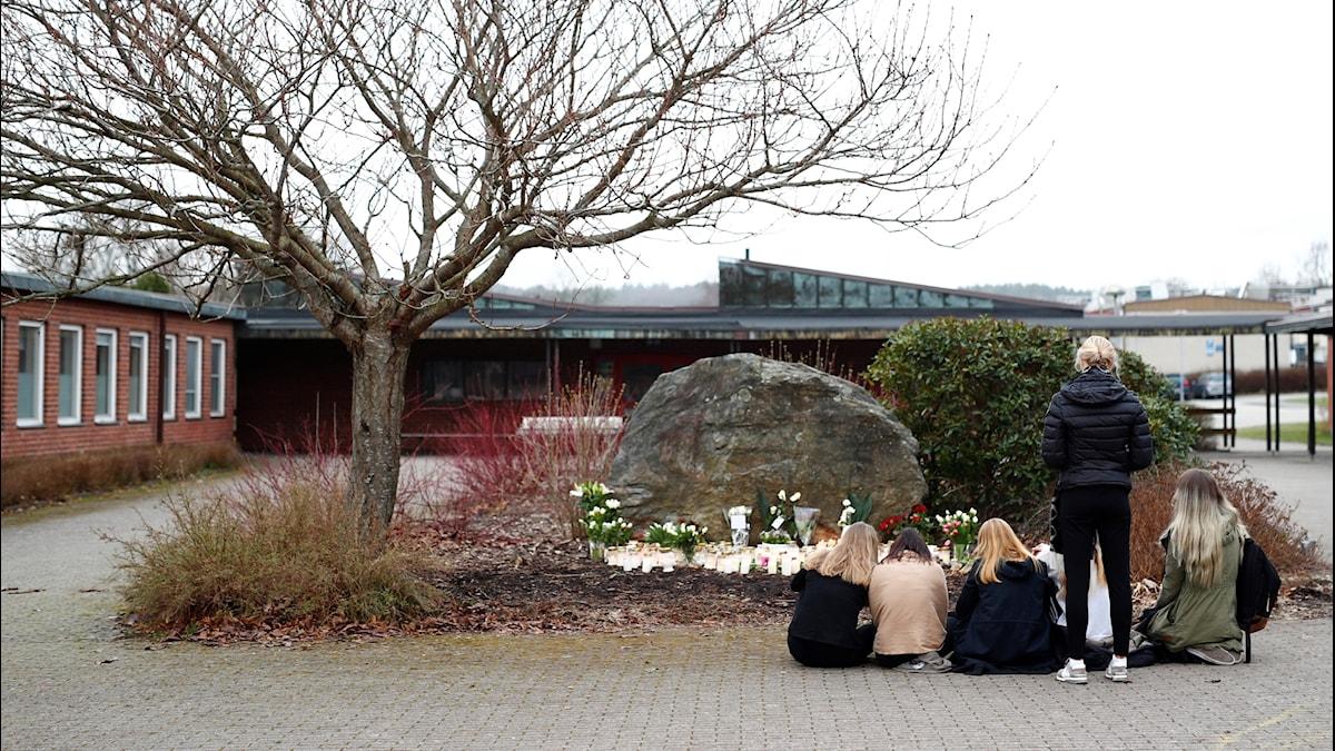Elever tänder ljus och lägger blommor utanför Ängskolan i Skene. Barnen som satt på olycksbussen i Härjedalen är elever på Ängskolan.