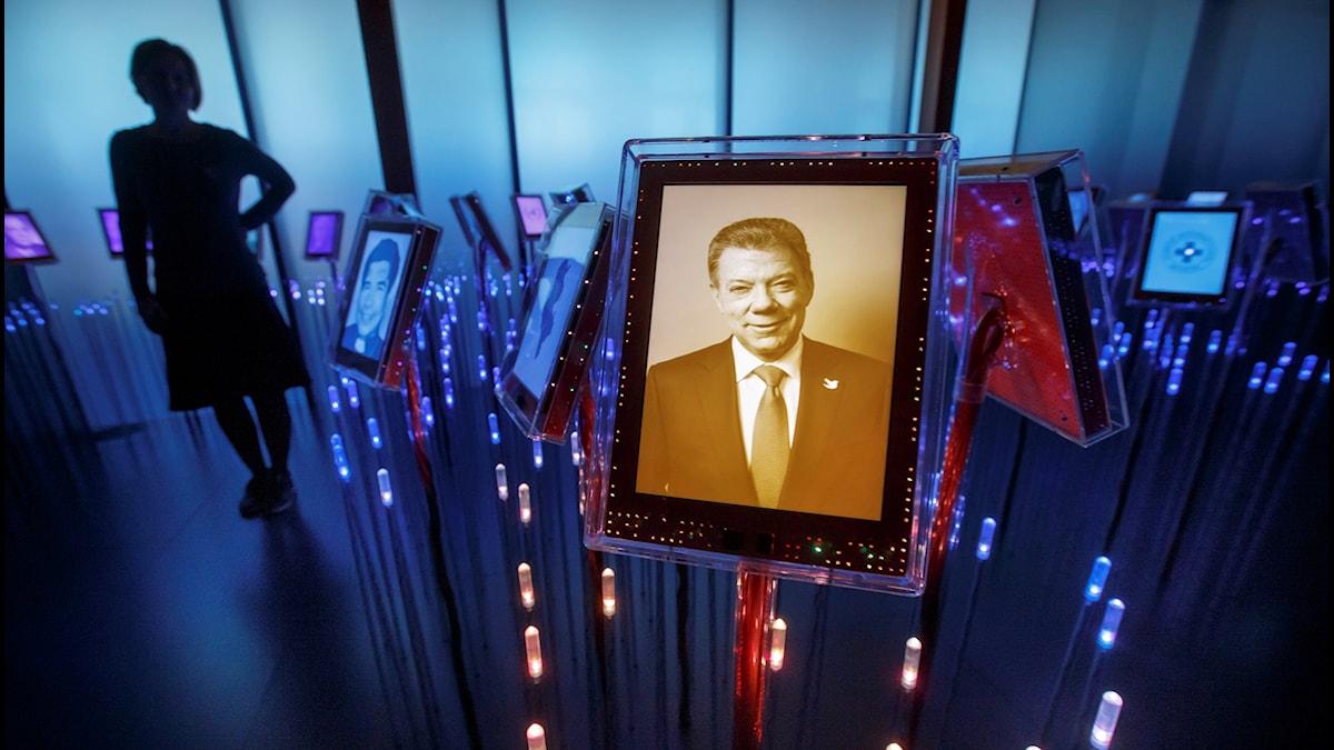 En bild på Juan Manuel Santos visas på en skärm i ett rum på Nobels fredscenter i Oslo, Norge.