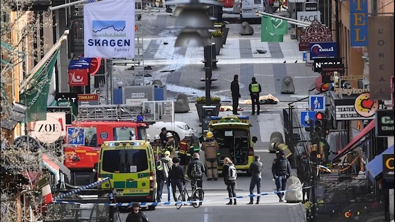 Drottninggatan i Stockholm efter attacken. Ambulanser, poliser och brandbilar.