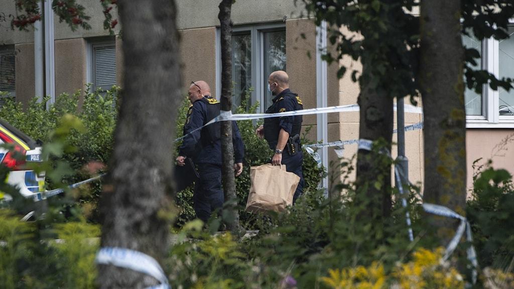 Poliser utanför skolan i Eslöv, efter attacken på torsdagen.