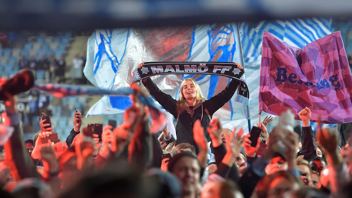 Malmö FF:s fans jublar efter att laget blev svenska mästare i fotboll.