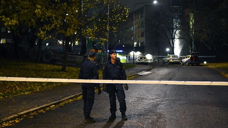 Poliser vid platsen där två män sköts ihjäl, i Hallonbergen.