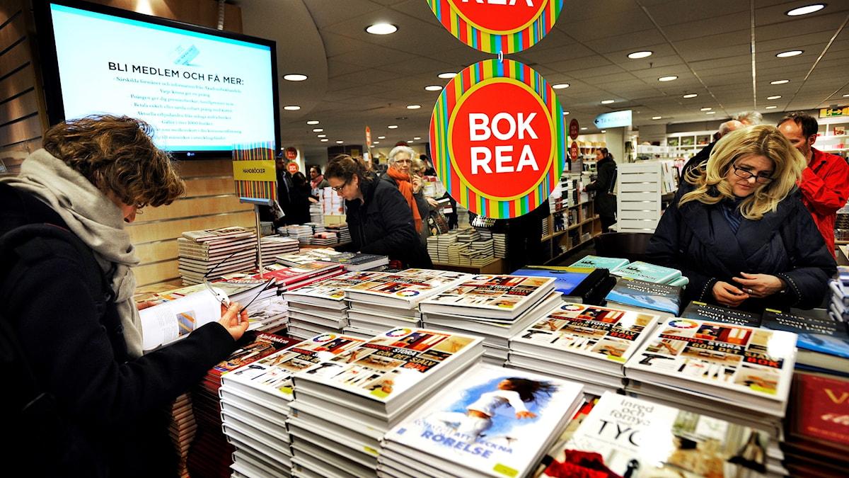 Människor bläddrar i böcker på bokrean.