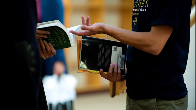 Studenter med böcker på Stockholms universitet