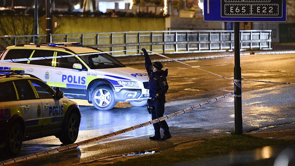 Polis på platsen där en man sköts ihjäl, i Rosengård i Malmö, på nyårsafton 2020.