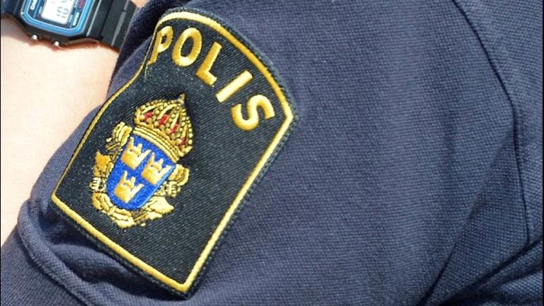 Närbild på en polis arm.
