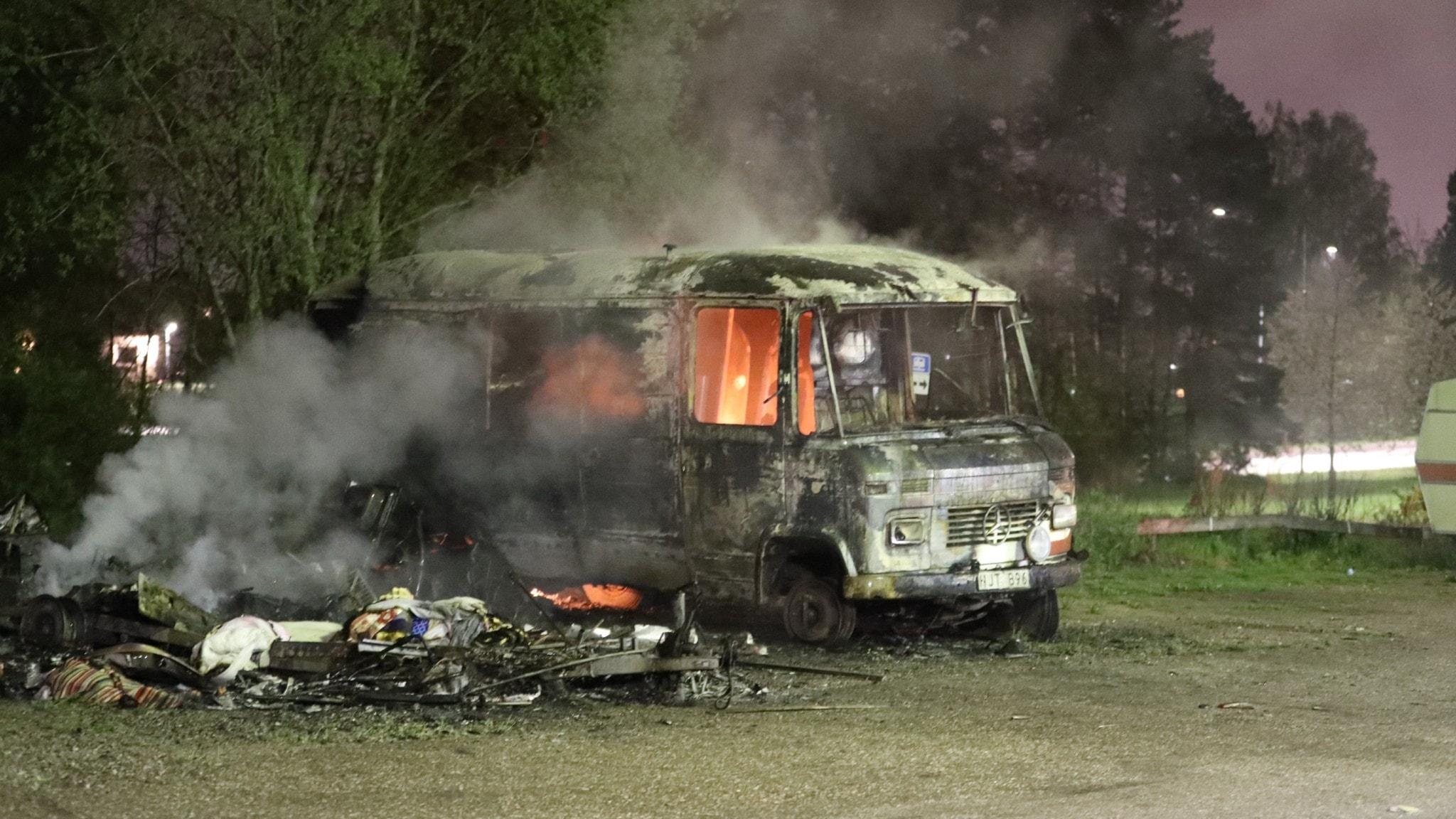 Bild på en brinnande bil.