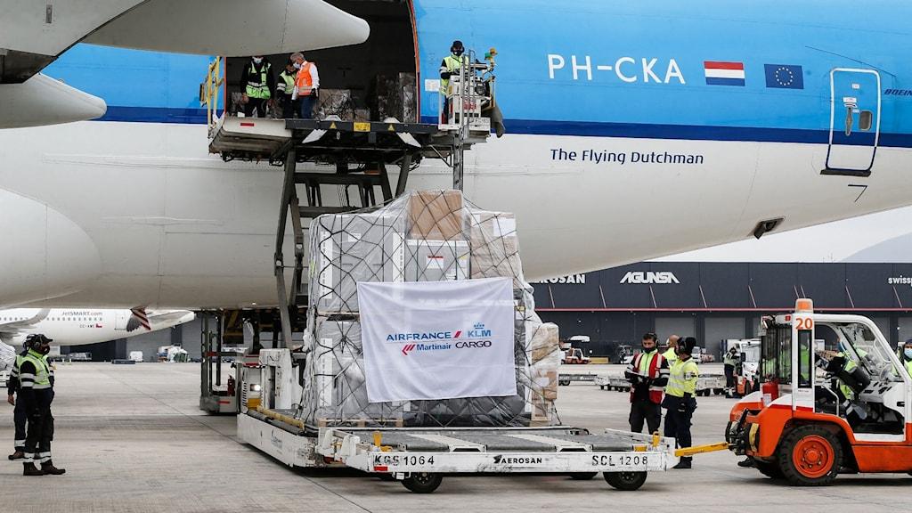Bilden visar ett flygplan där en last med vaccin från COVAX lastas av, på flygplatsen i Santiago i Chile.