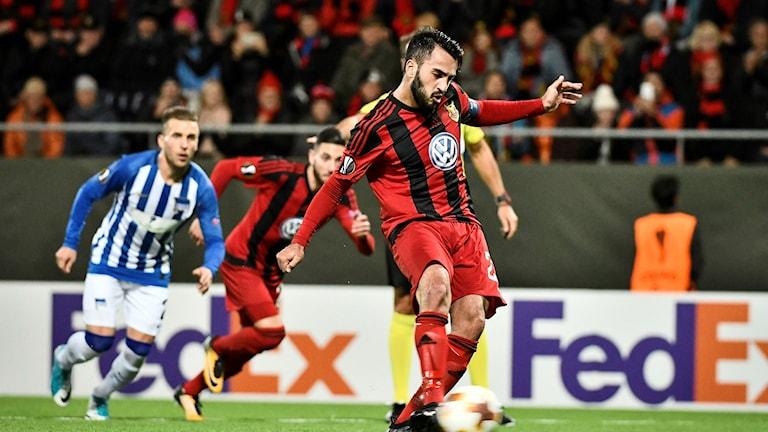 Östersunds Brwa Nouri sätter 1-0 på straff torsdagens fotbollsmatch i Europa League (grupp J) mellan Östersunds FK och Hertha Berlin
