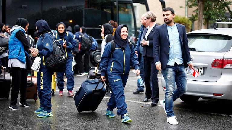 Irans damfotbollslandslag anländer till hotellet i Göteborg inför fredagens landskamp mot Sverige.