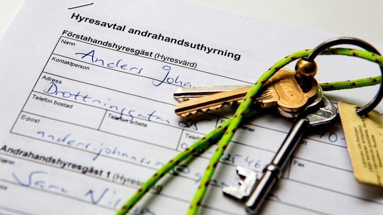 Ett andrahandskontrakt och ett par nycklar.