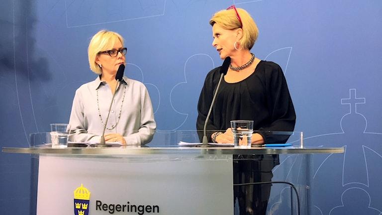 Lena Ag och jämställdhetsministern Åsa Regnér under en pressträff i Rosenbad i Stockholm.