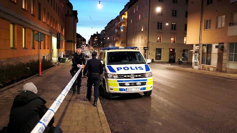 Idag började en rättegång mot sex personer, om misstänkta terrorbrott. Polisen stängde av gatan utanför domstolen där rättegången är.