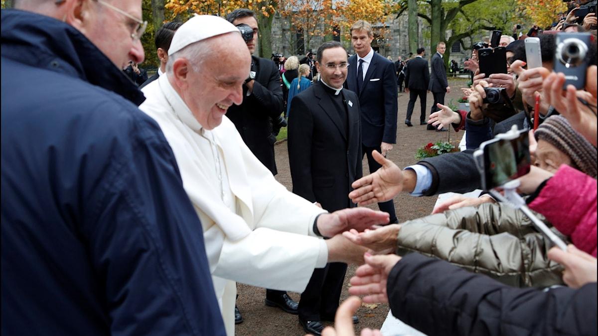 Påve Franciskus hälsar på människor i Lund.