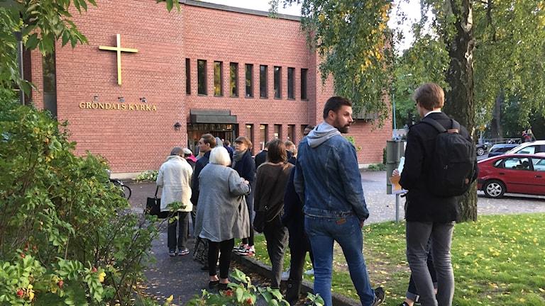 Människor köar för att rösta i Gröndals kyrka i södra Stockholm.