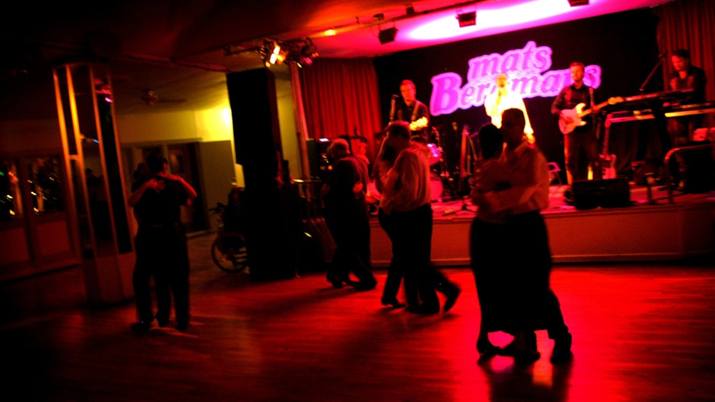Bilden visar par som dansar till dansbandet Mats Bergmans.