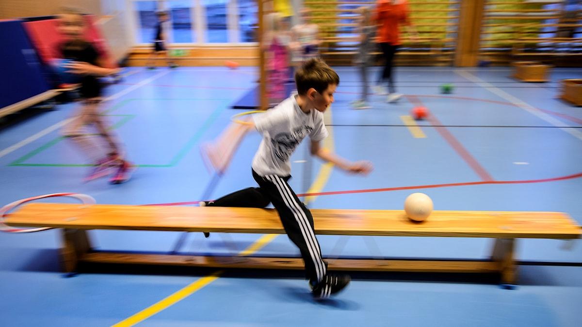 Gymnastiklektion i första klass. Idrott och hälsa.