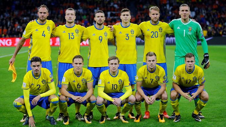 Sveriges landslag på planen innan matchen mot Nederländerna.