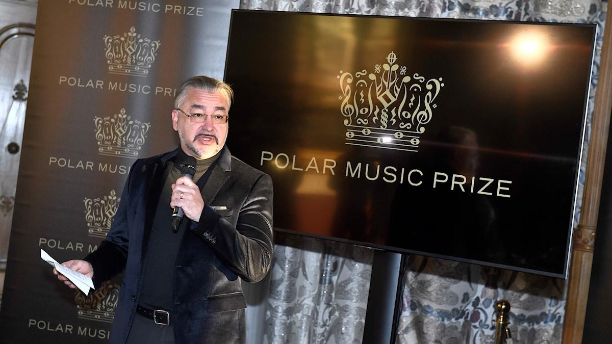 Alfons Karabuda, ordförande i prisnämnden, tillkännager årets pristagare av Polarpriset under en pressträff i Stadshuset i Stockholm.
